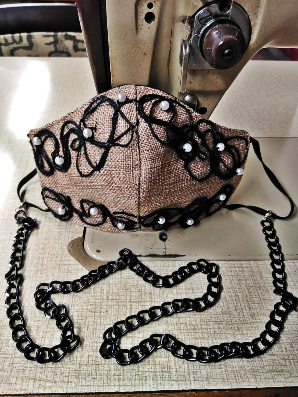 Mascherina tessuto effetto sacco con applicazioni di spago nero e perle bianche, duplice tessuto lavabile con interno in cotone