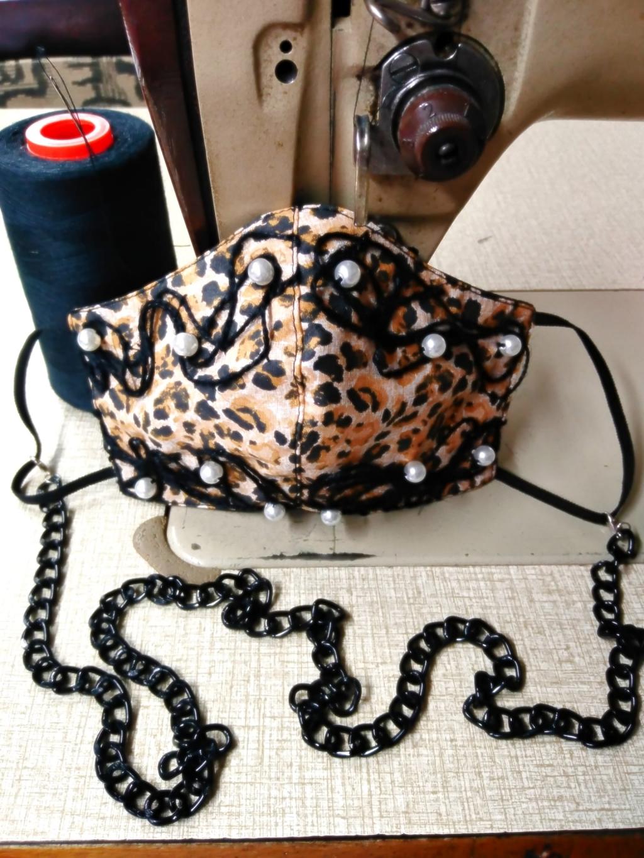 Mascherina in tessuto animalier cotone con applicazioni di spago nero e perle bianche, duplice tessuto lavabile con interno in cotone