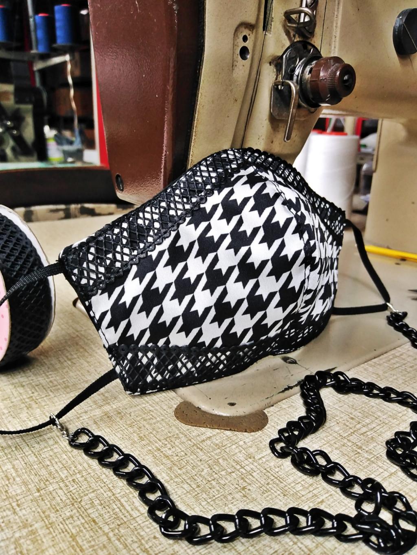 Mascherina in seta scacco bianco e nero con applicazioni di profilo in similpelle nero, duplice tessuto lavabile con interno in cotone