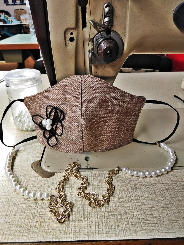 Mascherina in tessuto effetto sacco con applicazioni di spago nero e perla bianca, duplice tessuto lavabile con interno in cotone