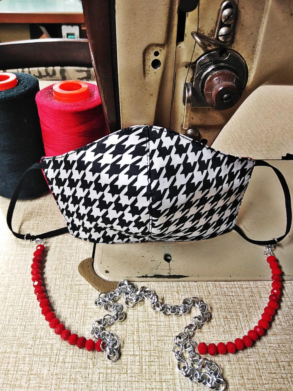 Mascherina in seta scacco bianco e nero con interno cotone rosso