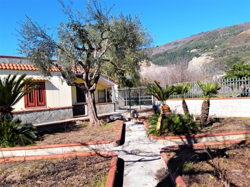 A Sarno,in via Sarno-Palma, villino con giardino e frutteto