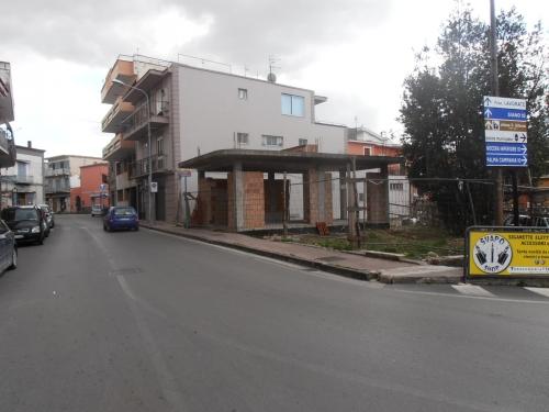 A Sarno,angolo via Roma/via Garigliano,locale commerciale su due livelli ,in costruzione