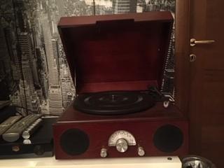 Piatto stile vintage per riproduzione dischi in vinile. Vendo €165 . Info whatsapp 3388060040