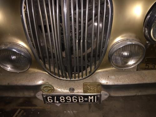 Si vende JAGUAR MK2 3.8  del  1966 Targa originale MI Omologata ASI,  con targa ORO Condizioni buone di meccanica e carrozzeria certificato ASI  COLORE ORO METALLIZZATO con interni pelle ruote a raggi, RADIATA D'UFFICIO, si può reimmatricolare in fase di revisione ferma in garage da oltre 15 anni;  carrozzeria da lucidare   riparare ammaccatura fiancata sx  i sedili sono originali e vanno rivisti con degli interventi meccanica buona , €22.000 - INFO +39 3388060040