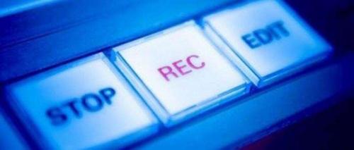È possibile registrare l'audio di una conversazione sia con il cellulare che con registratori occultati in oggetti di uso comune?