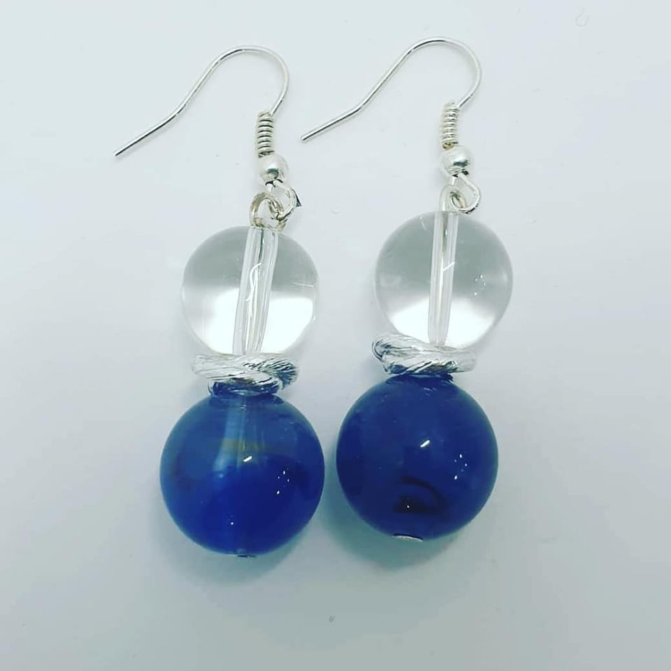 orecchini trasparenti e blu