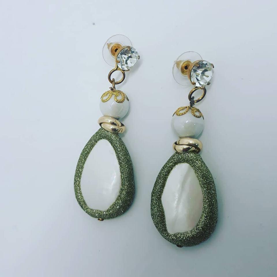 orecchini bianchi e oro