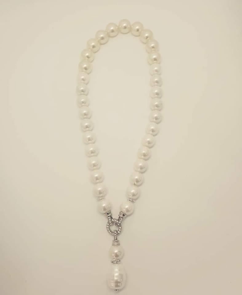 collana bianca con ciondolo removibile