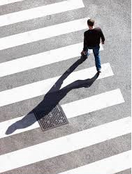 Incidenti stradali: perché non ha colpa il pedone che attraversa vicino alle strisce?